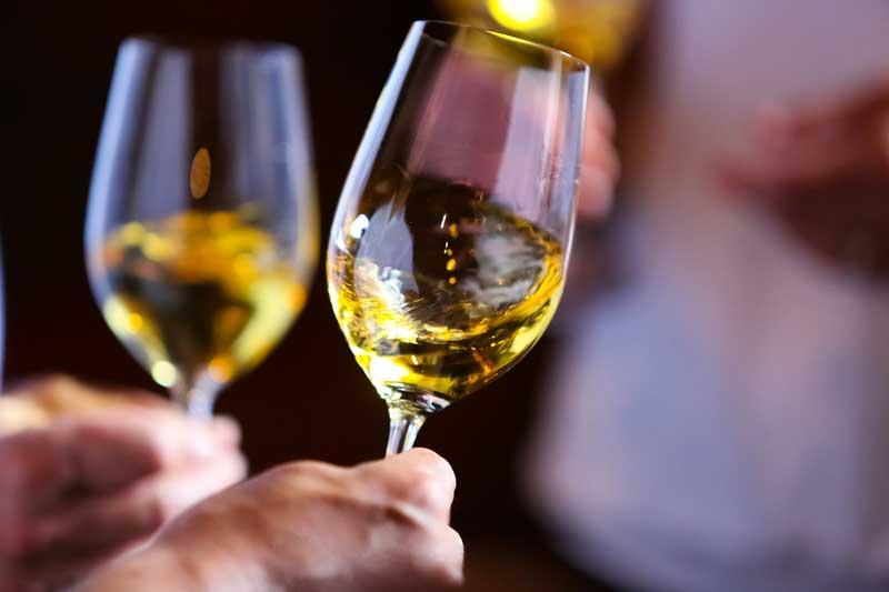 route-des-vins-de-bordeaux-en-graves-et-sauternes-verres-de-sauternes